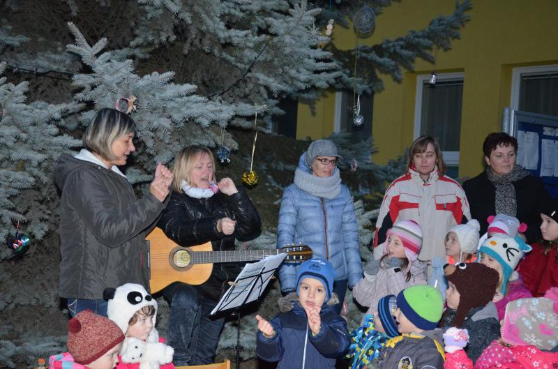 Rozsvěcení vánočního stromu  - vystoupení dětí 04